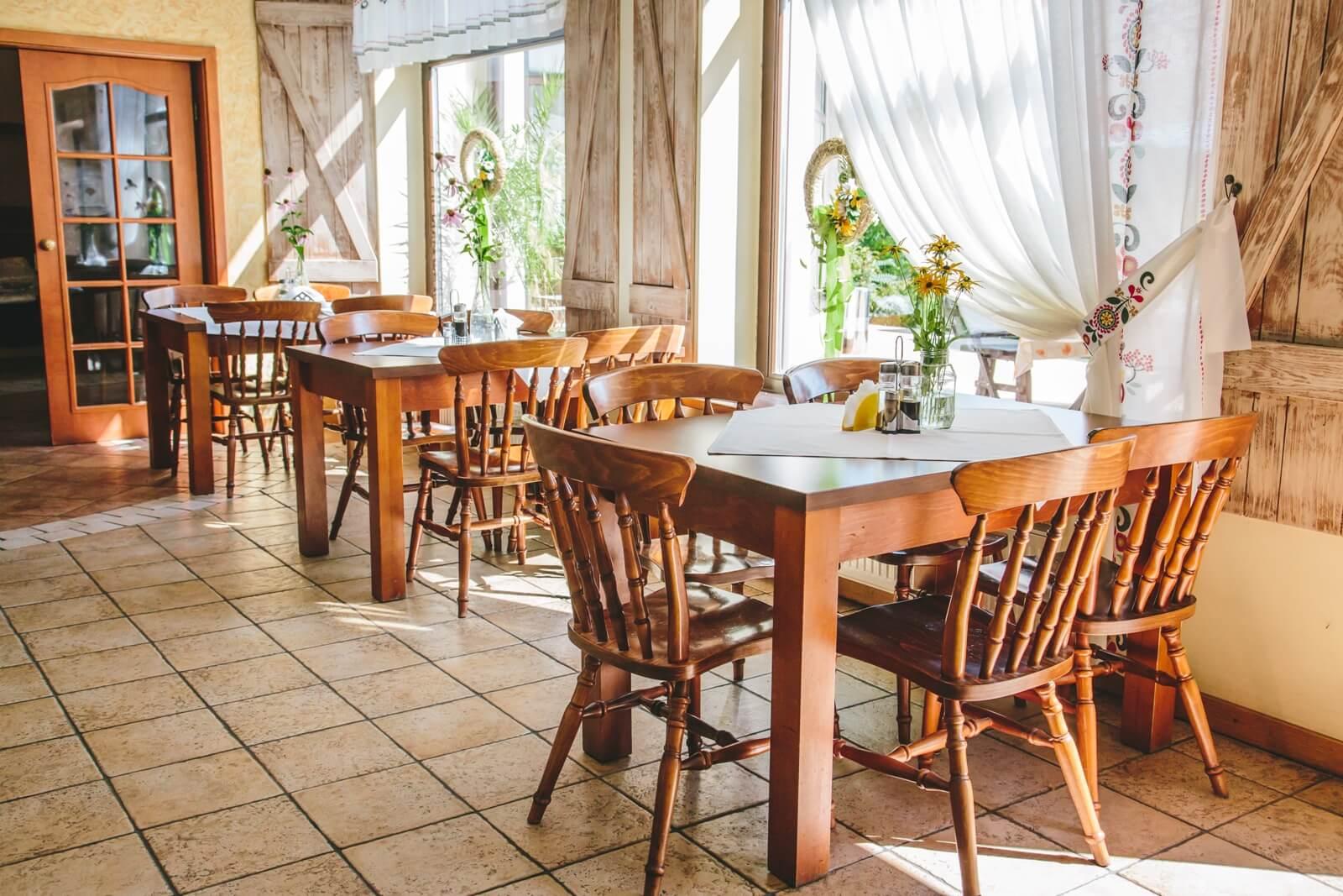 restauracja zodiak wnętrze ze stolikami